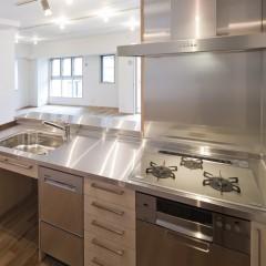 キッチンと収納はIKEAの製品です。シンプルでスタイリッシュ。