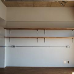 リビングには横幅いっぱいに棚を造作。この下に施主さまのDIYでワークデスクを作る予定。