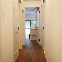 玄関からリビング方向を。全体の明るい雰囲気が伝わると思います。