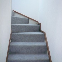 リノベ前。階段はパンチングカーペット貼りでした。