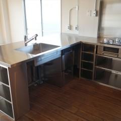 キッチンはステンレスのオーダー品。リビングに面したL字型キッチンにしました。