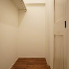 廊下の左手にはウォークイン・クローゼット。2人分の荷物なら余裕で収納。