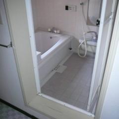 リノベ前。浴室はサイズも小さく、入口も狭く、いかにも古いタイプのユニットバス。