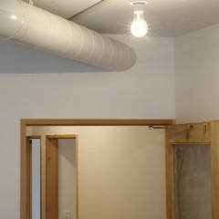 ダクトは廊下を抜けて主寝室へ。そこから外へと排気されます。