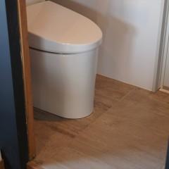 引き戸を開けると左手にトイレ。ミニマムなスペースですが必要にして十分。