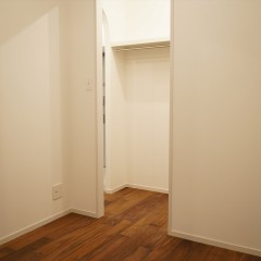 寝室です。こちらからもクローゼットに出入りができます。