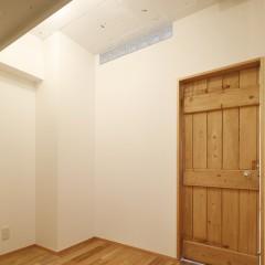 主寝室とリビングの間は収納スペースです。クローゼットはオープン。
