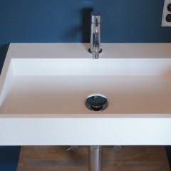 そして右手には洗面台。壁付けのシンプルなものをチョイスしました。