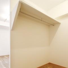寝室からもリビングからも出入りできる便利なクローゼットです。