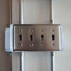 スイッチ類は金属プレート。配線も金属製のパイプを使用しています。