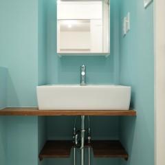 廊下の右手にはパウダールーム。とても綺麗なブルーの塗料で塗装しました。