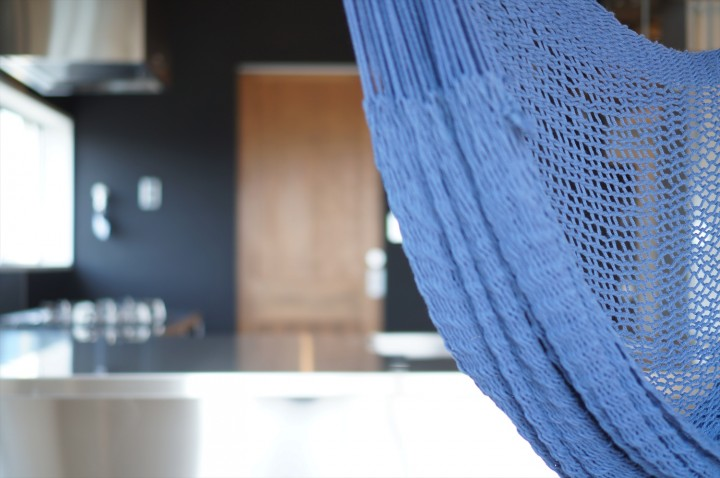 ハンモックの吊るせる部屋、が施主さまのご希望でした。早速ブルーのハンモックを。