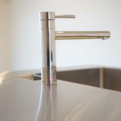 キッチンの水栓もデザインを合わせてシンプルに。