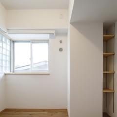 玄関横のもう一つの洋室です。構造柱との隙間を利用して小さな収納を。