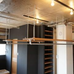 クローゼットもこの一角に設置。ガス管クローゼットを天井から吊るしています。