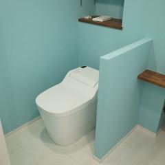 トイレ一体の空間。タンクレスのトイレで省スペースに。後ろには収納も設置しました。