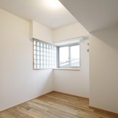 こちらのお部屋は北向きですが、ガラスブロックの窓から明るい光が入ります。
