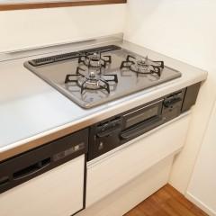 今回はシステムキッチンを採用。お部屋全体の雰囲気ともうまく合っています。