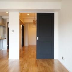 リビングのドアを開けるとウォークインクローゼット。その向うは寝室です。