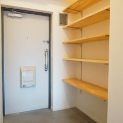 玄関にはたっぷりのシューズクロークを。2人分までなら十分収納可能