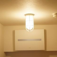 玄関の照明はお馴染みの船舶用照明です。