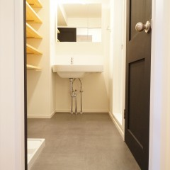 パウダールームもシンプルなデザインで統一。ドアのマットブラックがアクセントに。