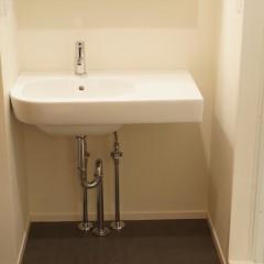 洗面台もおなじみになったジノリ製。壁付けながら、ものを置くスペースがあって便利です。