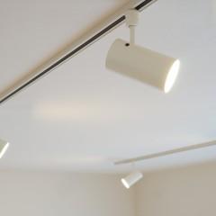 照明はシンプルにライティングレール+スポットライト。