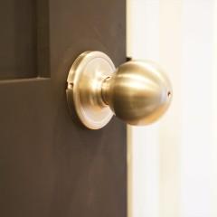 マットブラックのドアに渋い金色のノブが映えています。