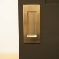 引き戸のノブも同じ色合いの組合せで。