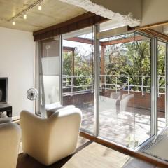 リビングと和室に面したルーフバルコニー。敷地の使い方が贅沢なマンションです。