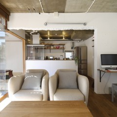 リビングルーム。今は一人掛けのソファが2つ置いてあります。ここが団欒の場。