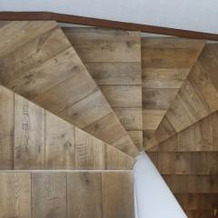 階段を上がって2階へ。踏み板の貼られたフローリングはまさに職人仕事。