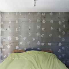 ベッドルームの壁の一部は躯体現し+クリア塗装でアクセントに。