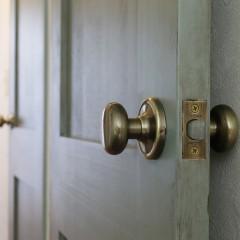 2階のドアも全てエイジング加工。真鍮のドアノブも雰囲気に合っています。