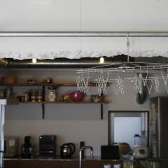 梁にはガス管のハンガーパイプを設置。部屋干しなどに便利です。