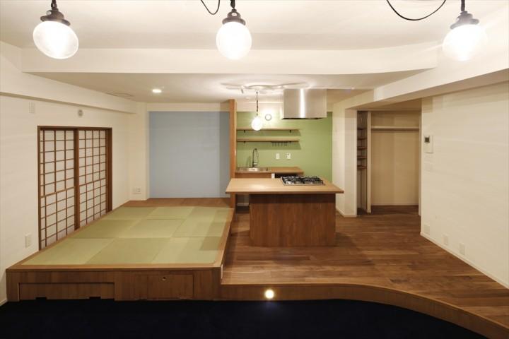 居住スペースの全景です。右がキッチン。左に小上がり。手前がリビングゾーン。