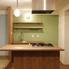 キッチンは全て造作。カウンターは集成材。まわりには板を貼って塗装しています。