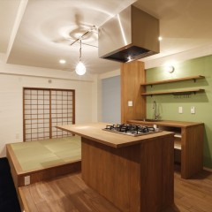 Ⅱ型のキッチン。リビング側にガスコンロ。壁側にシンクと水栓を設けました。