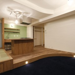 キッチンです。キッチンの場所を移動したため床を上げて排水のための勾配を取っています。