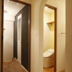 玄関側。壁の黒い部分はマグネット塗料+黒板塗料を使っています。
