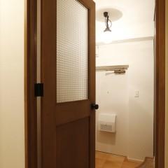 玄関に通じるドア。大きなチェッカーガラスがレトロな雰囲気を醸し出します。
