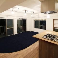 キッチン側からの全景です。リビングスペースは濃紺のカーペットに。