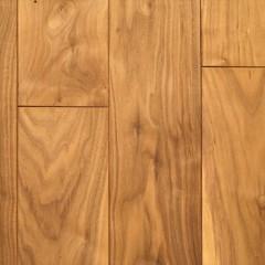 床材はウォルナットの無垢材。ワックスを塗らずそのまま素材感を活かしています。