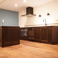お部屋の最大のポイントはキッチン。無垢材を使用したオーダーキッチンです。