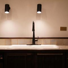 キッチンの照明は黒のスポットライトを採用。落ち着いた雰囲気で統一しました。