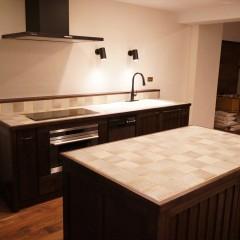 アイランド型のカウンター。キッチンと同じデザインです。