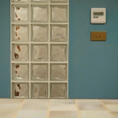 キッチンの突き当りの壁は一転してPOPなブルーとガラスブロックの組合せ。