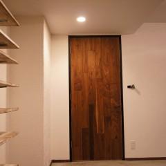 玄関を入ったところです。正面のドアから廊下を通ってLDKへ続いています。