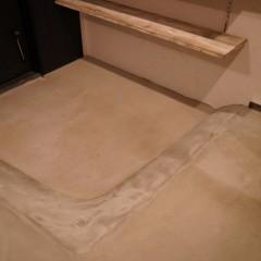 玄関の土間。沓脱ぎだけではなく、全体をモルタル仕上げにしました。
